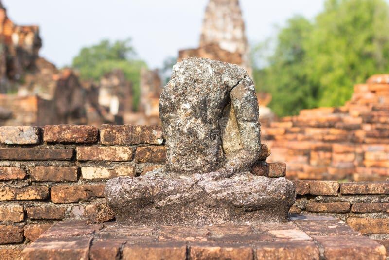 A imagem velha de buddha no cimento com ruínas e antigo imagens de stock royalty free