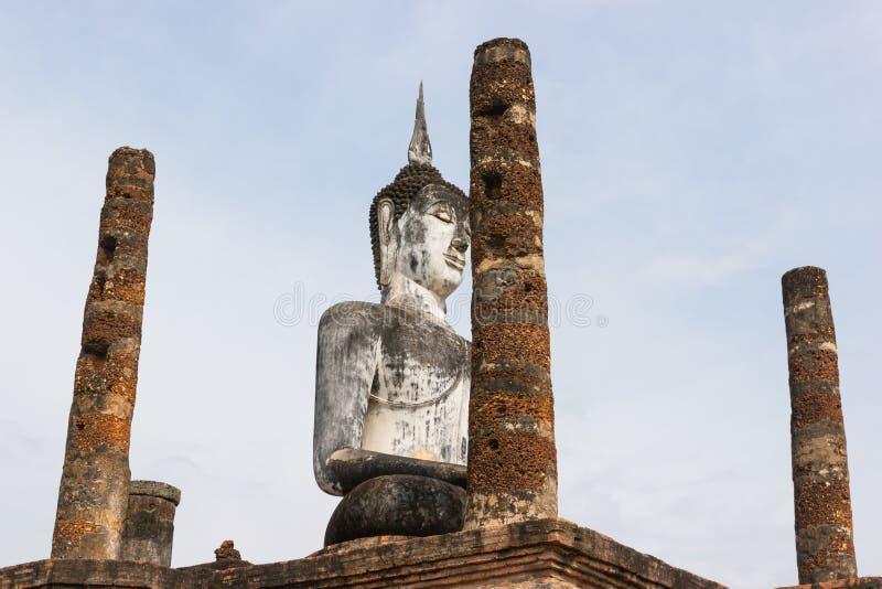 A imagem velha de buddha no cimento com ruínas e antigo fotos de stock royalty free