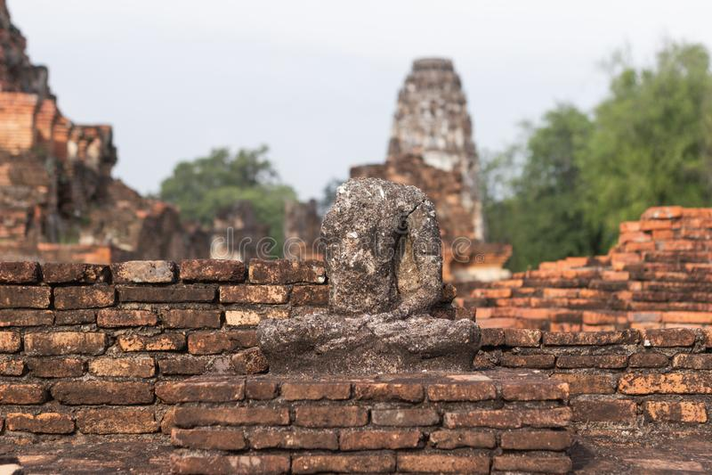 A imagem velha de buddha no cimento com ruínas e antigo foto de stock royalty free