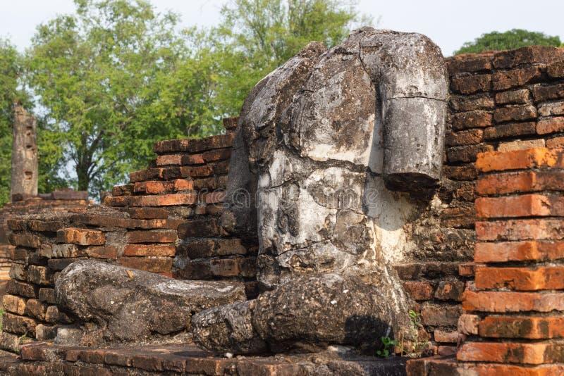 A imagem velha de buddha no cimento com ruínas e antigo imagem de stock royalty free