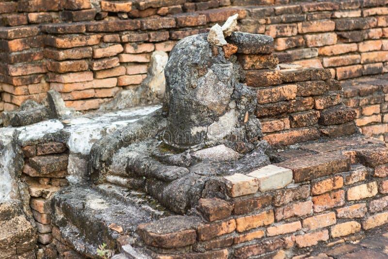 A imagem velha de buddha no cimento com ruínas e antigo fotografia de stock