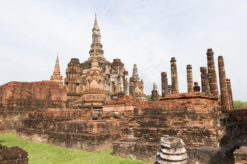 A imagem velha de buddha no cimento com ruínas e antigo foto de stock