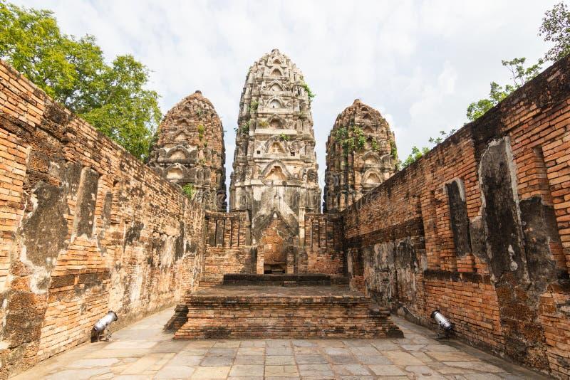 A imagem velha de buddha no cimento com ruínas e antigo imagens de stock
