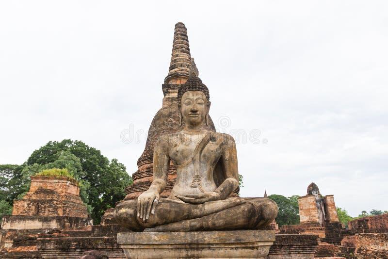 A imagem velha de buddha no cimento com ruínas e antigo fotos de stock