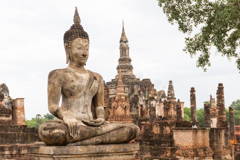 A imagem velha de buddha no cimento com ruínas e antigo imagem de stock