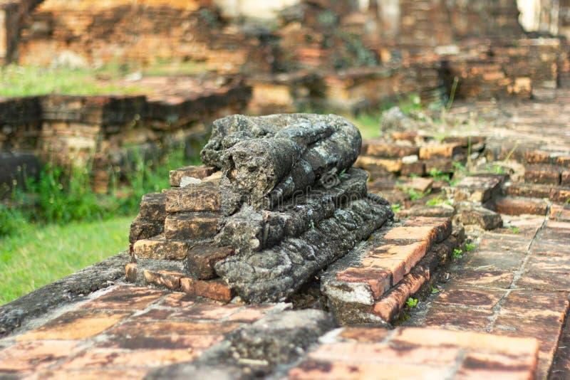 A imagem velha de buddha no cimento com ruínas e antigo, construído na história moderna no parque histórico fotografia de stock