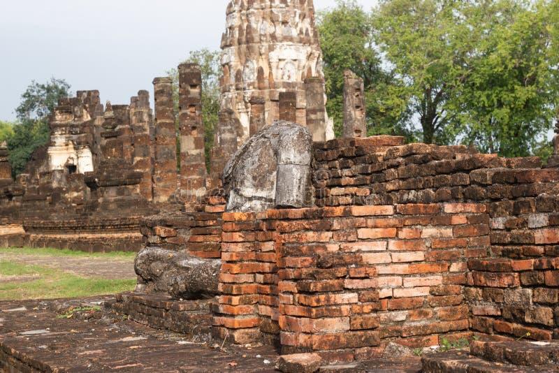 A imagem velha de buddha no cimento com ruínas e antigo, construído na história moderna no parque histórico imagens de stock royalty free