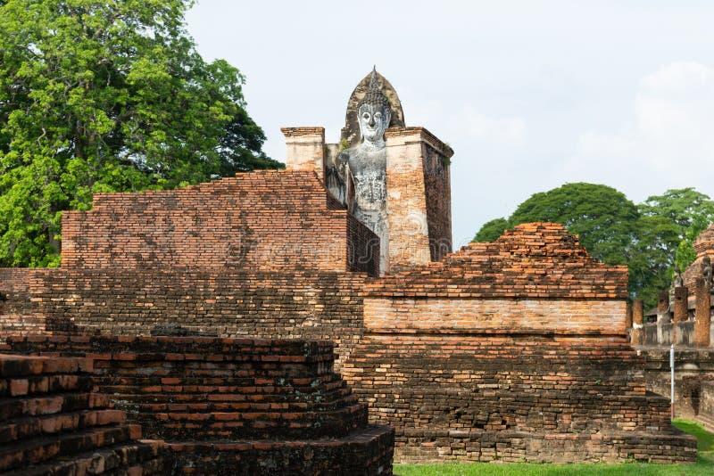 A imagem velha de buddha no cimento com ruínas e antigo, construído na história moderna no parque histórico imagem de stock