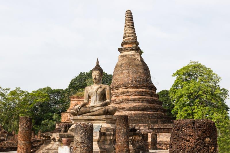 A imagem velha de buddha no cimento com ruínas e antigo, construído na história moderna no parque histórico foto de stock
