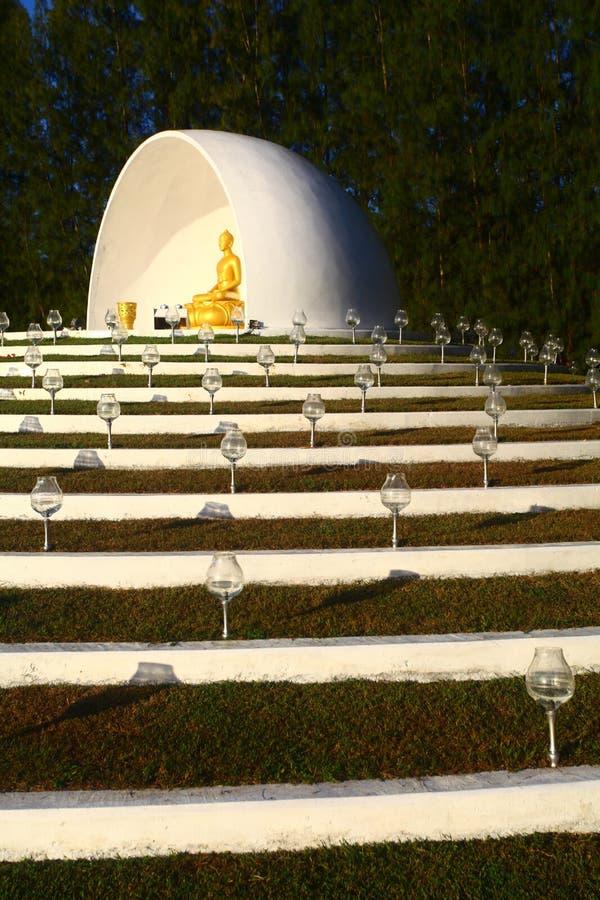 Imagem vertical da estátua de Buda no centro de meditação de Mai Jo Lanna perto de Chiang Mai, na Tailândia fotografia de stock