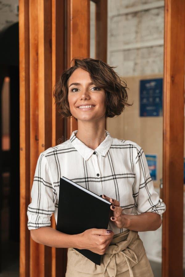 Imagem vertical da mulher de negócio com dobrador à disposição fotografia de stock