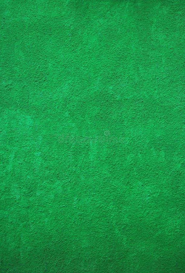 Imagem vertical do muro de cimento áspero pintado verde vívido para o fundo foto de stock
