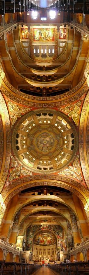Imagem vertical do panorama do teto interno do basilique de Theresa da mãe fotos de stock royalty free