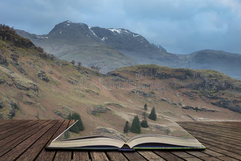 Imagem vibrante bonita da paisagem do nascer do sol de Blea Tarn no distrito do lago do Reino Unido que sai de páginas no livro  ilustração royalty free