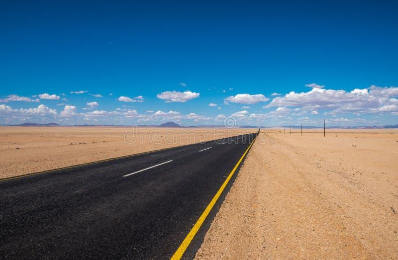 Imagem vibrante da estrada e do céu azul fotografia de stock royalty free