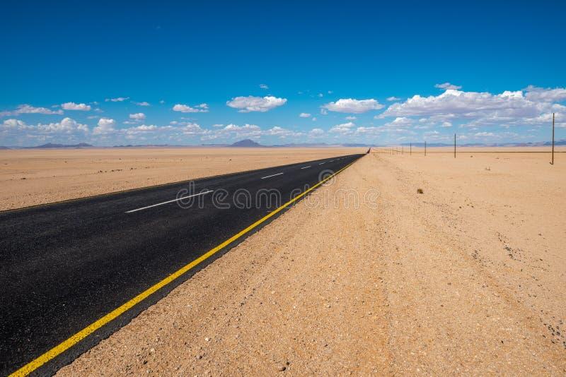 Imagem vibrante da estrada e do céu nebuloso azul imagem de stock
