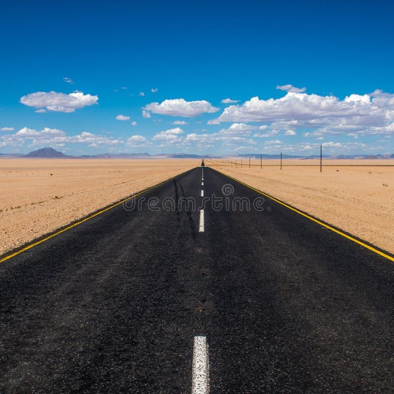 Imagem vibrante da estrada e do céu nebuloso azul foto de stock royalty free