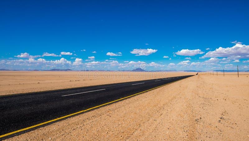 Imagem vibrante da estrada e do céu nebuloso azul imagens de stock