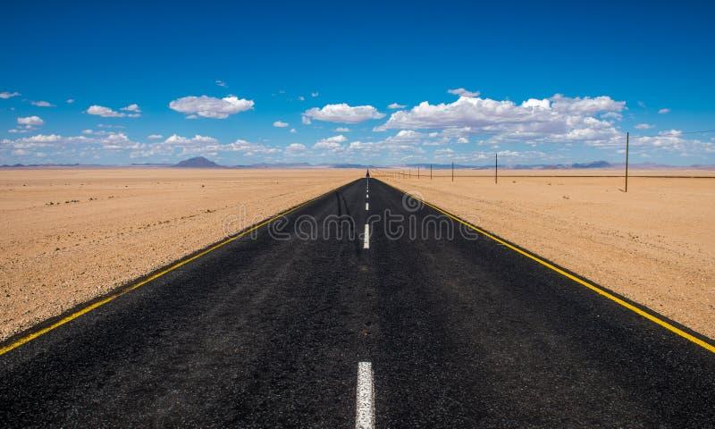 Imagem vibrante da estrada e do céu nebuloso azul imagem de stock royalty free
