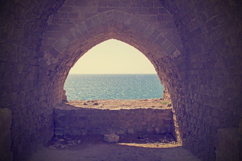Imagem-vista do filtro de Instagram ao mar Mediterrâneo das ruínas fotos de stock royalty free