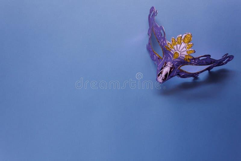 Imagen aérea de la endecha plana de la máscara de plata púrpura hermosa del carnaval para el día de fiesta del carnaval fotografía de archivo libre de regalías