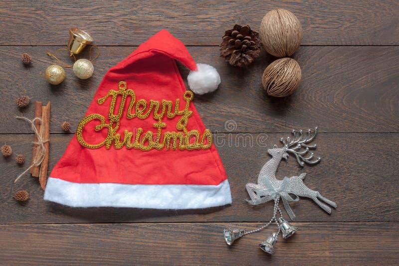 Imagen aérea de la endecha plana de ornamentos y de la Feliz Navidad de las decoraciones y de la Feliz Año Nuevo foto de archivo