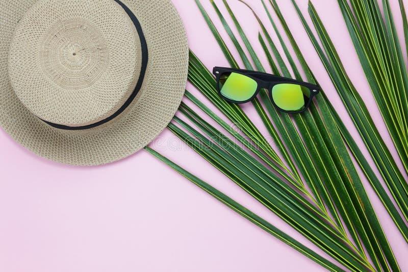 Imagen aérea de la opinión de sobremesa del verano y del día de fiesta de la playa del viaje de la ropa en la estación fotografía de archivo libre de regalías