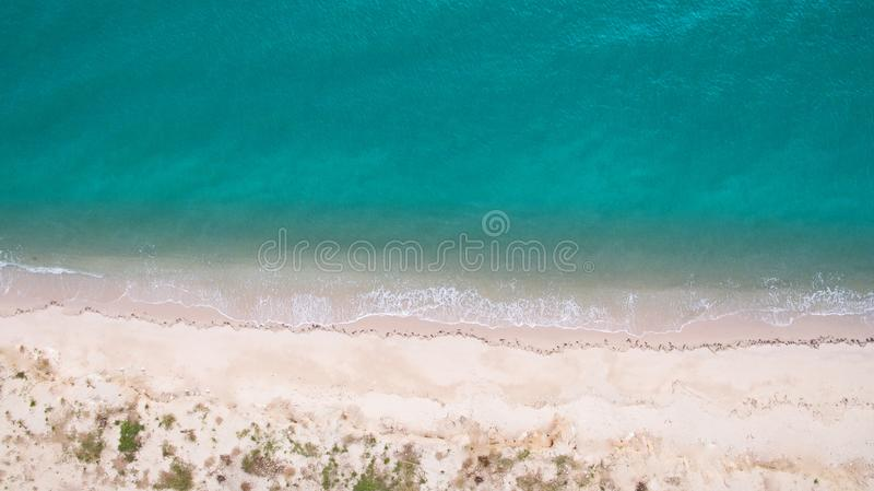 Imagen aérea de la visión superior del abejón de una playa hermosa imponente del paisaje del mar con agua de la turquesa imagenes de archivo