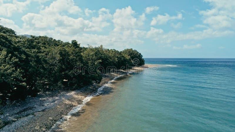 Imagen aérea del abejón de una isla remota de South Pacific con la orilla de la playa arenosa y tropical hermoso del paisaje mari imagen de archivo libre de regalías