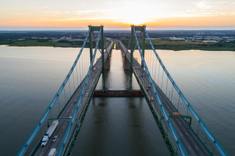 Imagen aérea del abejón del puente de monumento de Delaware fotos de archivo