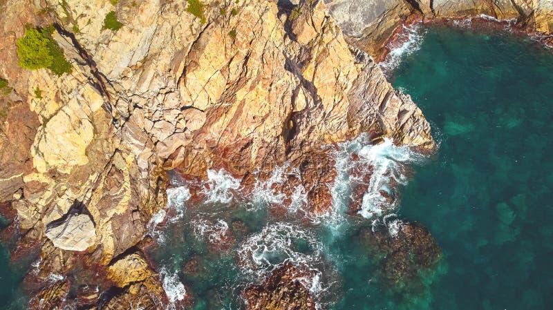 Imagen aérea del paisaje de Costa Brava español en un día soleado, cerca de la ciudad Palamos foto de archivo libre de regalías