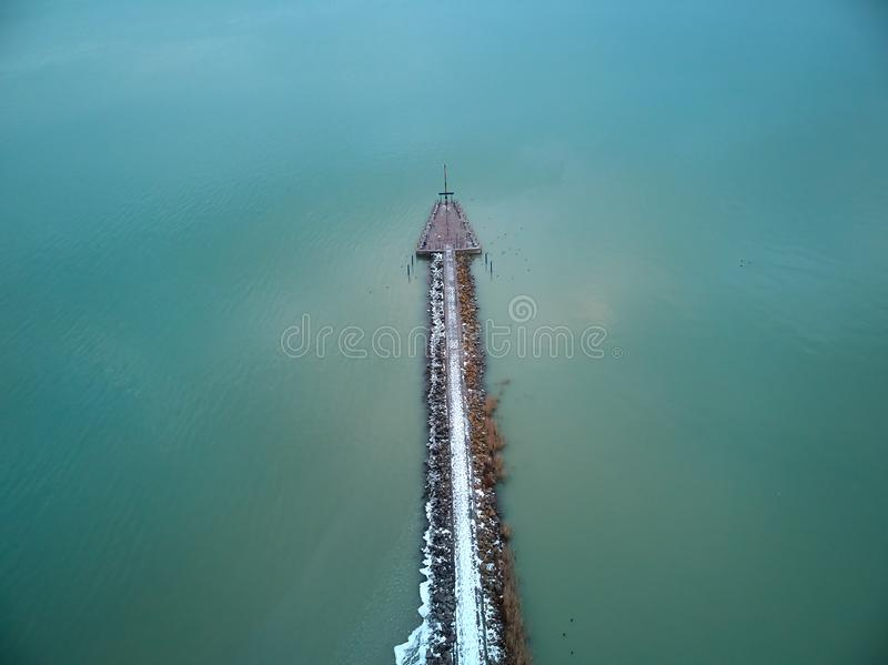 Imagen aérea del paisaje sobre el lago Balatón húngaro en un pueblo Balatongyörök imagen de archivo libre de regalías