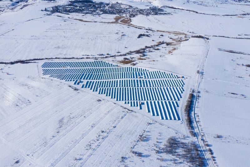 Imagen aérea del parque nevado del panel solar imagen de archivo libre de regalías