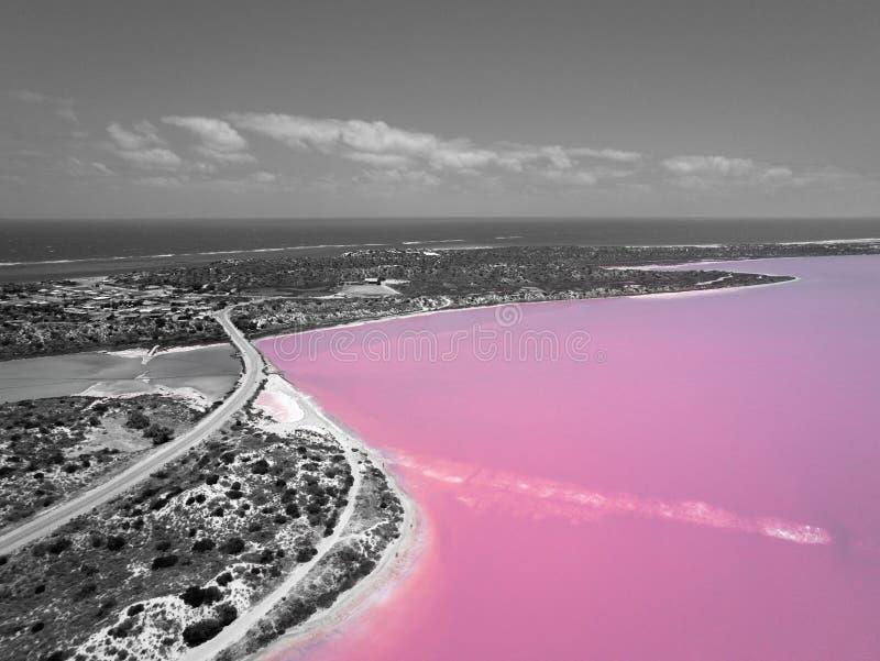 Imagen aérea en blanco y negro del lago rosado y Gregory en Australia occidental con el Océano Índico en fondo fotografía de archivo