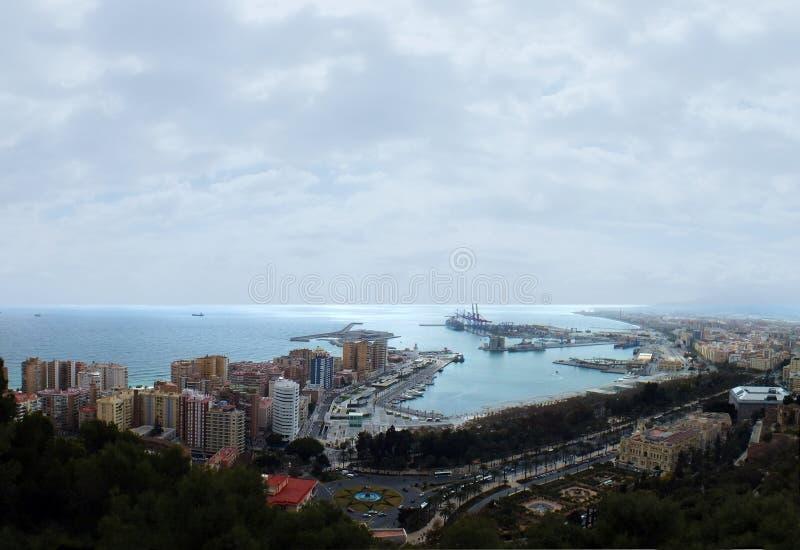 Imagen aérea panorámica de Málaga en España que muestra la costa con el puerto y los muelles con los hoteles circundantes de la c imagenes de archivo