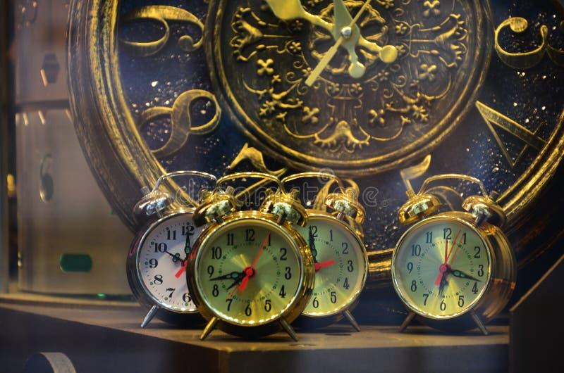 Imagen abstracta con los relojes mecánicos del diseño inusual y extraño Composición del metal, como un mecanismo fotografía de archivo libre de regalías