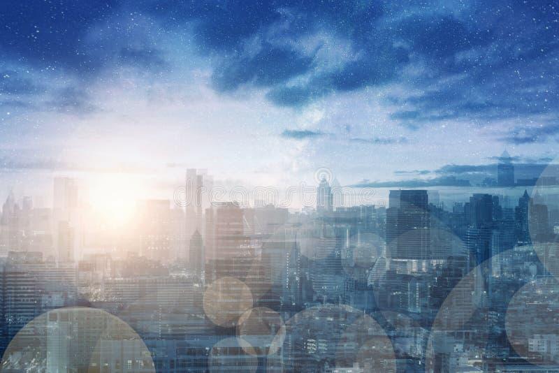 Imagen abstracta de la ciudad de la exposición múltiple borrosa con el bokeh ligero del brillo y milkyway fotografía de archivo libre de regalías