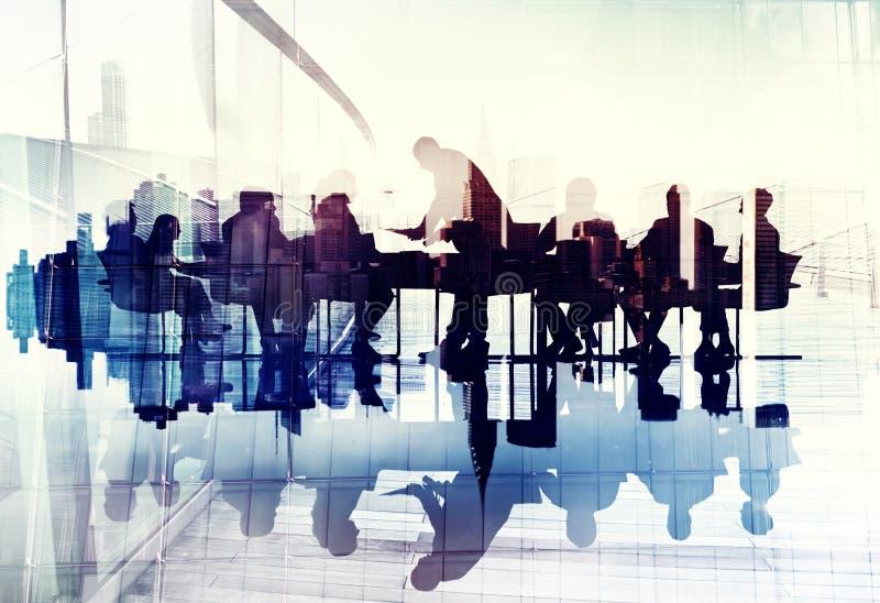 Imagen abstracta de los hombres de negocios de las siluetas en una reunión fotos de archivo