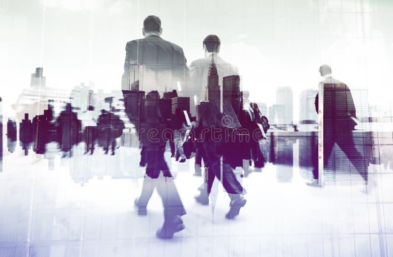 Imagen abstracta de los hombres de negocios que caminan en el concepto de la calle foto de archivo libre de regalías