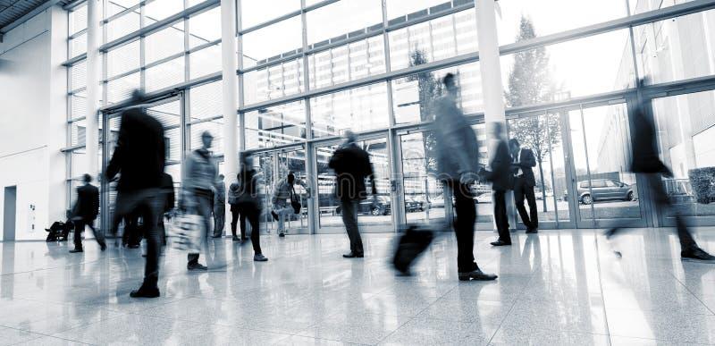 Imagen abstracta de los hombres de negocios el caminar imagen de archivo