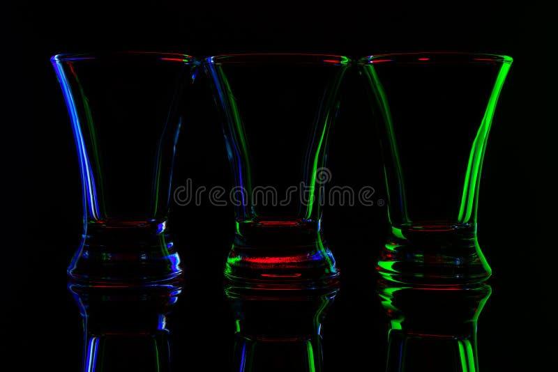 Imagen abstracta de tres tiros vacíos con los bordes coloreados en fondo negro foto de archivo libre de regalías