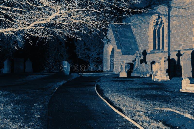 Imagen abstracta de una iglesia y de un cementerio en la noche imagen de archivo libre de regalías