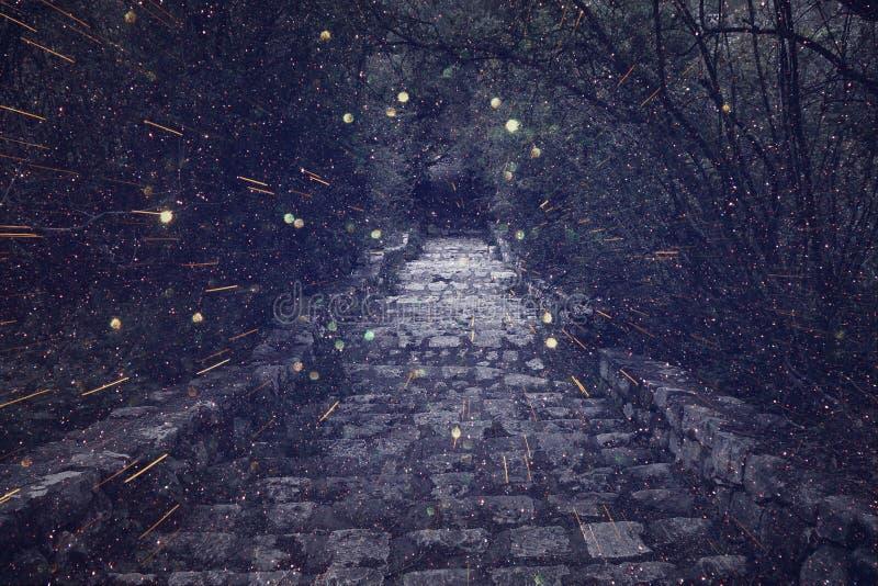Imagen abstracta y misteriosa de la vieja puerta del castillo de la bruja imagenes de archivo