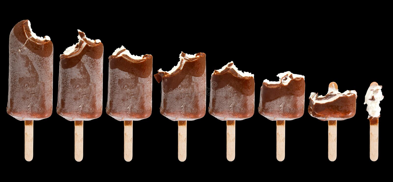 Imagen aislada de un helado mordido en un primer negro del fondo fotos de archivo libres de regalías