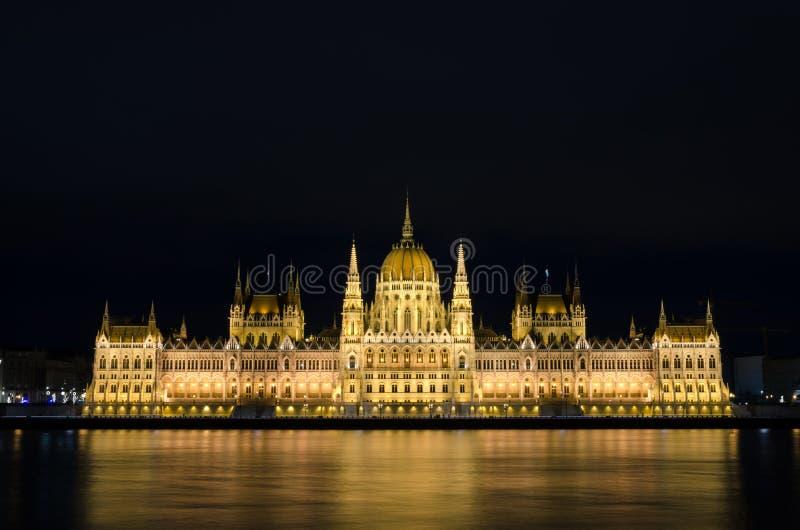 Imagen alineada centro del edificio del parlamento de Budapest en el banco del río Danubio imagen de archivo