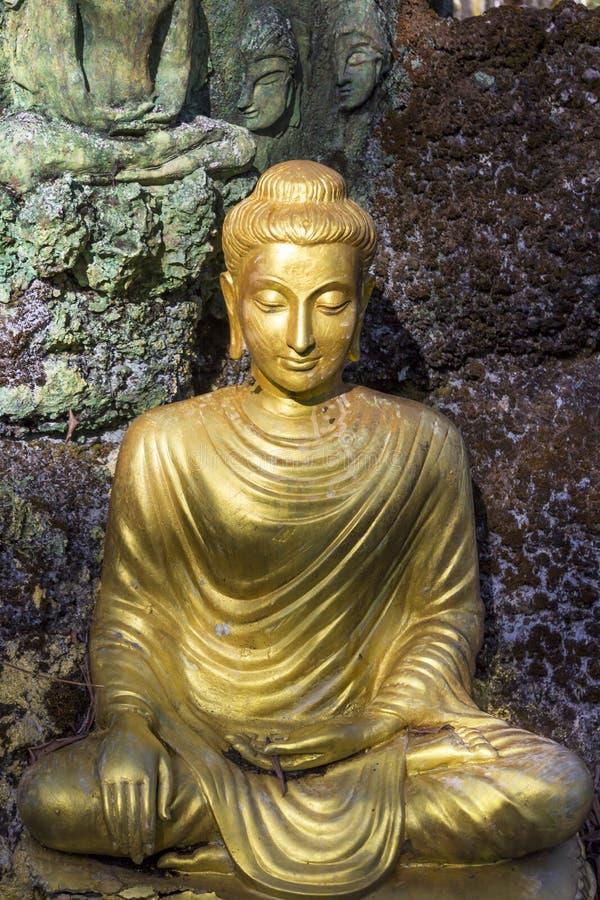 Imagen amarilla de Budha que se sienta imagen de archivo