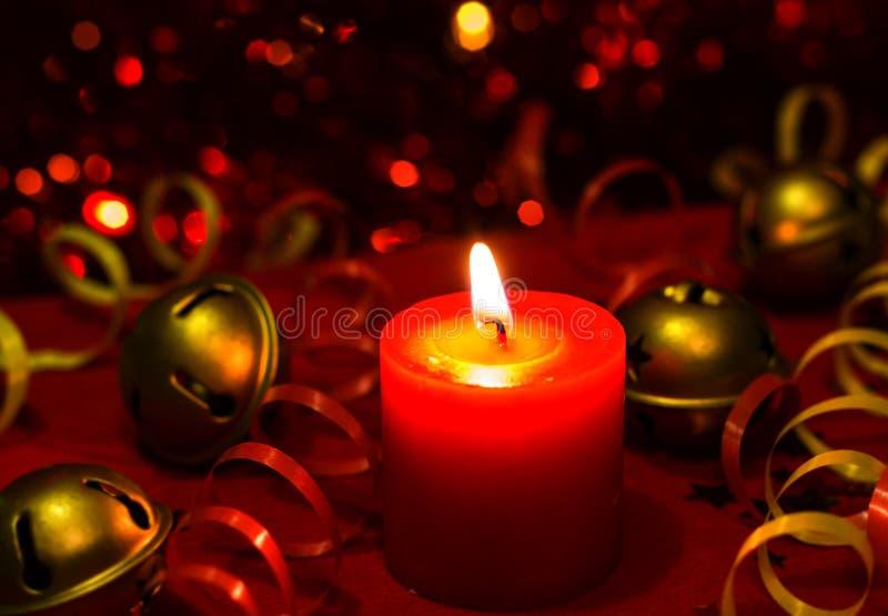 Imagen ardiente del bokeh de la vela de la tarde festiva del ` s de la Navidad y del Año Nuevo fotos de archivo libres de regalías