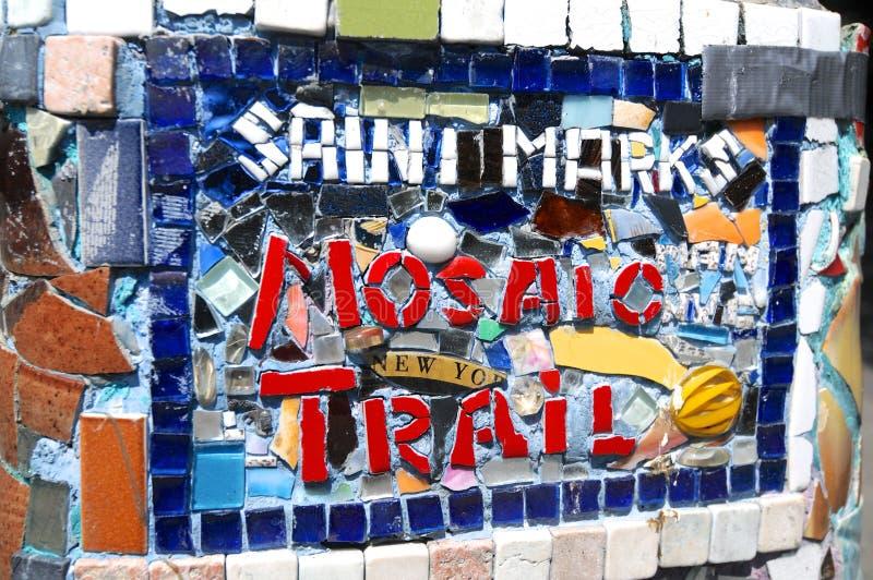 Imagen ascendente cercana de la muestra del rastro del mosaico de las marcas del santo en East Village imagen de archivo