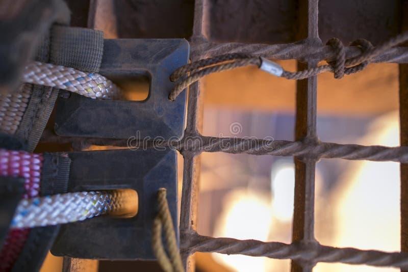 Imagen ascendente cercana de la protección de goma negra de la cuerda de la seguridad usando contra el conner del filo que previe fotografía de archivo libre de regalías