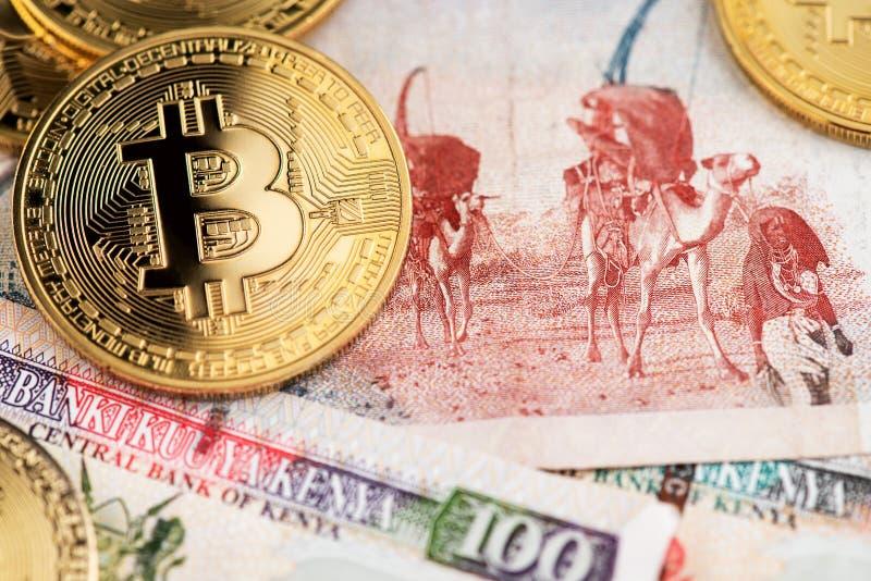 Imagen ascendente cercana de las monedas y de Kenyan Shilling Banknotes de Bitcoin Cryptocurrency foto de archivo libre de regalías